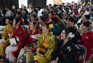 小中学生時代のスライドショーに盛り上がった新成人たち=4日、瀬戸内町中央公民 館