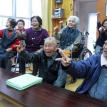 手を使った運動などで楽しいひとときを過ごした中戸口どぅくさ会のメンバー=21日、龍郷町の中戸口公民館