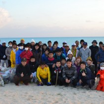 300日目を迎えた朝の活動の参加者=25日、与論町の大金久海岸
