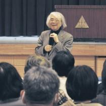 「昔ばなしが語る子どもの成長」と題して講演した小澤俊夫さん=25日、天城小学校