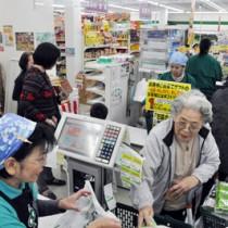 買い控えの懸念から店頭価格を据え置く動きも出ている小売店=7日、奄美市名瀬のグリーンストア入舟店