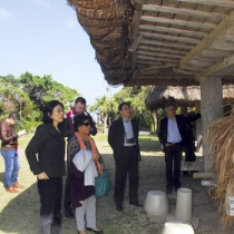 中央青果や大浜海浜公園などを巡り、地域の文化にも触れたワークショップ参加者=26日、奄美市名瀬