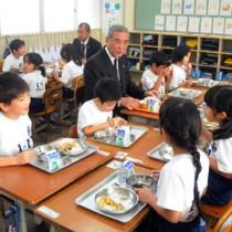 朝山市長と一緒に給食の時間を楽しむ児童たち=19日、奄美小学校
