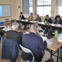 「徳之島カムィヤキ陶器窯跡」の保存管理計画の策定に向けて協議した委員ら=9日、伊仙町