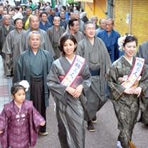 紬姿の市民が商店街を練り歩いた大島紬大行進=5日、奄美市名瀬