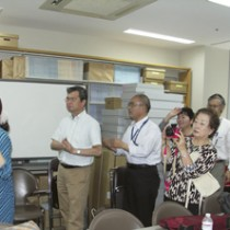 「踊ってみましょう」コーナーを体験する「奄美シマウタ研究会」の受講者=法政大学沖縄文化研究所