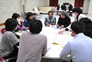 ノネコ問題や豊かな自然の継承をテーマに討議した参加者ら=15日、徳之島町