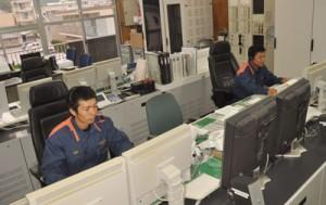 次々に入る119番通報を受理する通信指令室=奄美市の大島地区消防組合消防本部(2013年6月撮影)