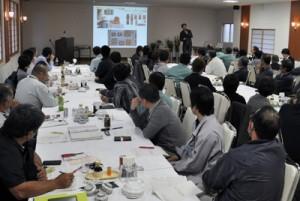 沖永良部産切り花について市場・実需関係者が意見を交わした会合=27日、和泊町のホテル