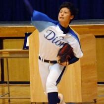 投球を披露する里投手=29日、朝日中学校体育館