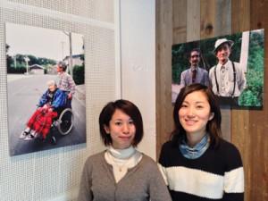 「ふたり、合わせて200歳」写真展を企画した得本華子さん(右)、真子さん姉妹=25日、東京渋谷区ギャラリー・ルデコ