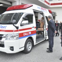 名瀬消防署に寄贈された高規格救急車=20日、奄美市の大島地区消防組合消防本部