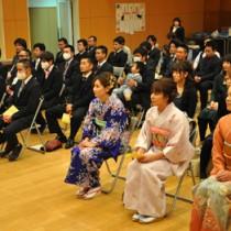 「三十路式」で地域活性化への貢献を誓った出席者ら=11日、徳之島町