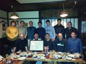 池さんの快挙を祝福する奄美の釣り仲間=1月25日、奄美市名瀬(提供写真)