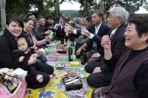 墓前で先祖と共に新年を祝う一族=16日、知名町田皆