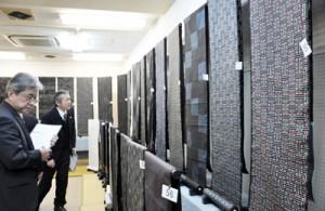 本場奄美大島紬グランプリの審査風景=29日、大島紬会館