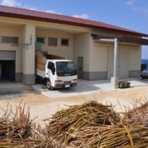 純黒糖の製造が本格化した特産品加工工房(上)と甘い香りが立ち込める製糖室=23日、伊仙町