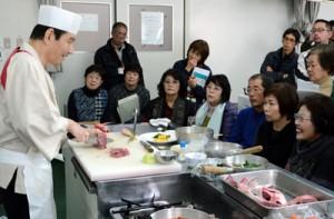戸村講師から地魚を使った創作料理を教わった=31日、奄美市名瀬