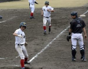 学生OB戦の八回、適時三塁打でOBを突き放す現役チーム=3日、名瀬市民球場