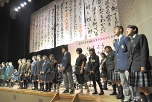 「島人ぬ宝」を参加者全員で歌ったフィナーレの全体合唱=22日、徳之島町