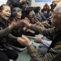 男女が向き合って唄掛けと手踊りを披露した旧正月恒例の「節田マンカイ」=19日、奄美市笠利町節田