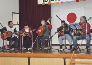 バンド演奏など盛りだくさんの余興で盛り上がった「旧正月を楽しむ会」=22日、瀬戸内町嘉鉄