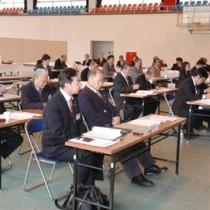 3町村提出議案を審議した大島本島南部町村議会議員大会=12日、大和村体育館