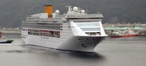 2015年度の名瀬寄港が決まったコスタビクトリア=14年5月、名瀬港