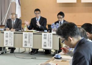 国体の競技会場について助言した日本トライアスロン連合の山倉和彦総務国体委員長(中央)=4日、天城町