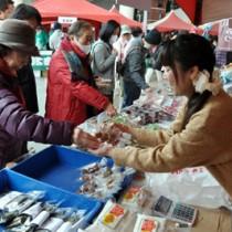 黒砂糖などの特産品が大人気だった喜界島観光物産展(上)。最後は八月踊りや六調で盛り上がった=15日、鹿児島市中央町