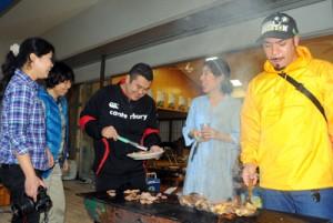 関東、関西から女性4人が参加して大和村の魅力に触れたモニターツアー=22日、同村国直