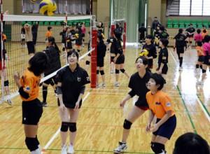 宇検村の小中学生が大学生に交じって練習したバレーボール教室=22日、宇検村総合体育館