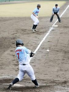 八回裏、1死三塁の好機で決勝点をたたき出すJX―ENEOSの糸原=23日、名瀬運動公園市民球場