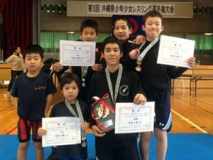 奄美ジュニアレスリングクラブの6選手。写真前列右が優勝、MVPの野村(提供写真)