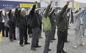 「頑張ろう」三唱で春植え目標の達成を誓った参加者ら=2日、伊仙町