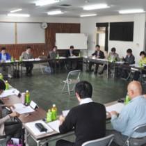 15年度の事業計画などを了承したマングース防除事業検討会=21日、奄美市名瀬の県大島支庁