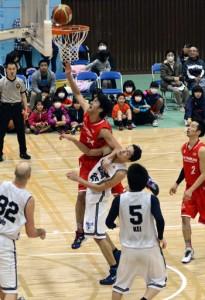 第3クオーター。逆転を許した直後、安慶(中央)を筆頭に猛攻するレノヴァ=21日、名瀬総合体育館