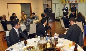 地域経済の活性化について議論した新春経済懇談会=12日、奄美市名瀬