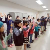 手話コーラスの練習を繰り返す子ども手話教室の受講生=28日、奄美文化センター