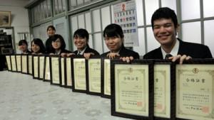 合格証書を手に笑顔を見せる生徒=27日、奄美市笠利町の大島北高校