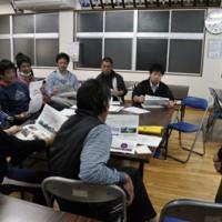 今後の取り組みを話し合うプロジェクトメンバー=24日、和泊町の玉城字公民館