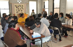 事業所の利用者や家族らが出席した開所式=12日、徳之島町