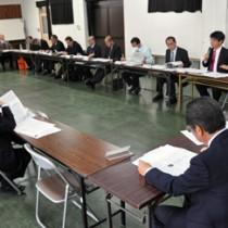 奄美観光の振興策を議論する参加者=10日、奄美市名瀬の県大島支庁
