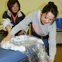 研修で入浴介護の演習に取り組む芝田ソニアさん(右)=1月23日、奄美市社協