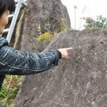 いたずら書きが見つかった母間線刻画史跡敷地内の石=5日、徳之島町