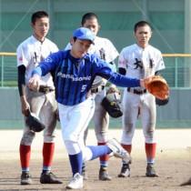 球児らに守備の手本を示す横田内野手=7日、名瀬運動公園市民球場