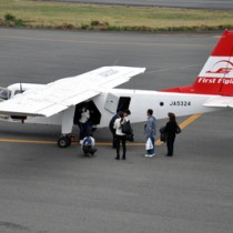 沖永良部空港に到着する第一航空便=28日、和泊町