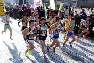 県下一周駅伝、1区走者が一斉にスタート。前列左端が大島の龍田(鹿児島商業高2年)=14日、鹿児島市役所前