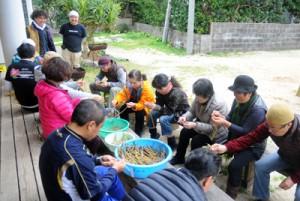 正月料理のうわんふねやせづくりに挑戦したモニターツアーの参加者たち=15日、大和村国直