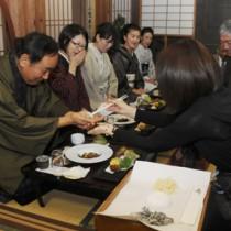 正月料理の三献を味わったツアーの参加者たち=19日、奄美市笠利町